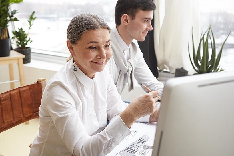 Kvinna och man ansöker om företagslån på internet