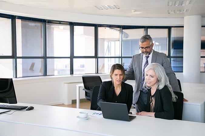 Tre personer planerar inför ett företagslån med medellång avbetalningstid